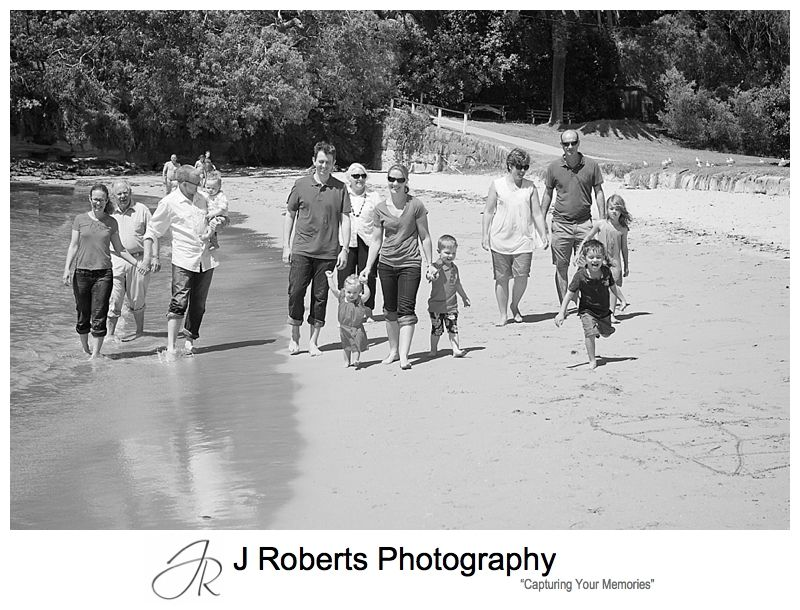 B&W portrait of an extended family at the beach clifton gardens mosman - sydney family portrait photography